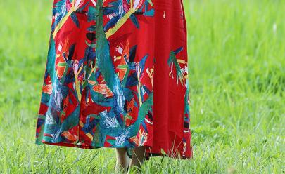 """刚出炉:""""胭脂红""""秋裙,推荐6070后女人穿,款款穿出高级美"""