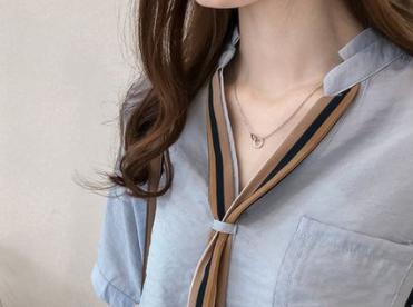 不得了,今秋流行的小衫太洋气,年轻超白嫩,美的让我眼前一亮
