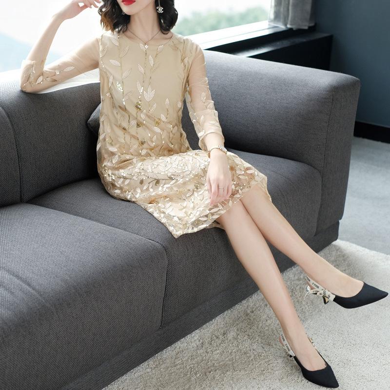 现代女人真时髦,不穿丝袜直接穿裙子,美的气质与众不同