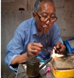 """贵州老银匠世家打造出""""霸气戒指"""",穿金不如戴银,越南人都服"""